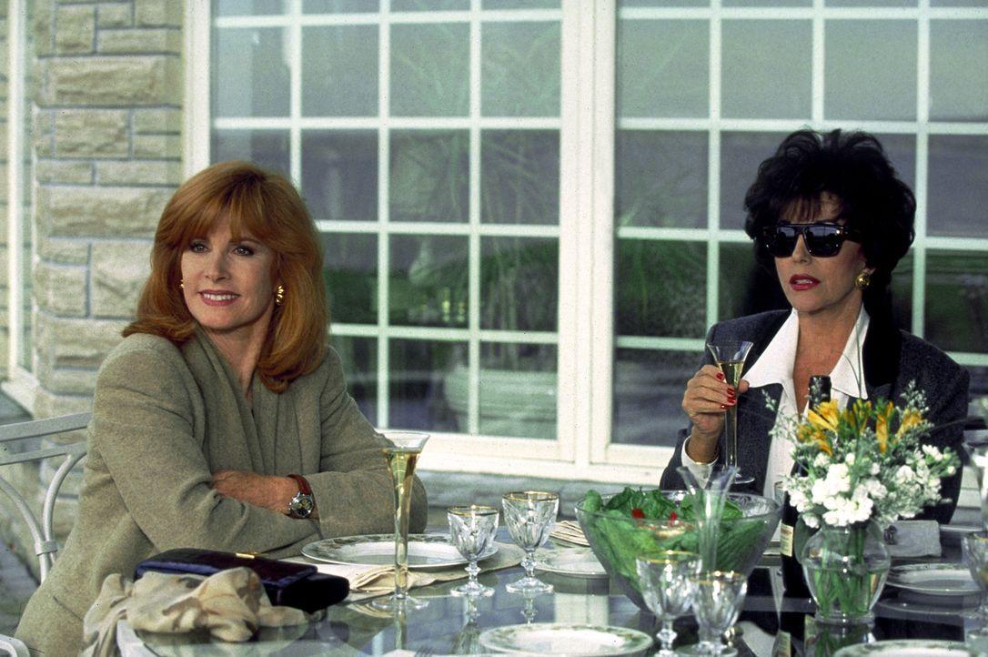 Jennifer Hart (Stefanie Powers, l.) und ihre Freundin Camilla Ashley (Joan Collins, r.) plaudern über alte Zeiten ... - Bildquelle: Columbia Pictures