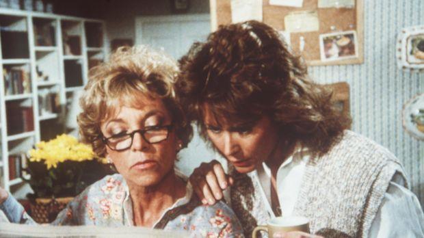 Dotty (Beverly Garland, l.) und Amanda (Kate Jackson, r.) lesen über einen Se...