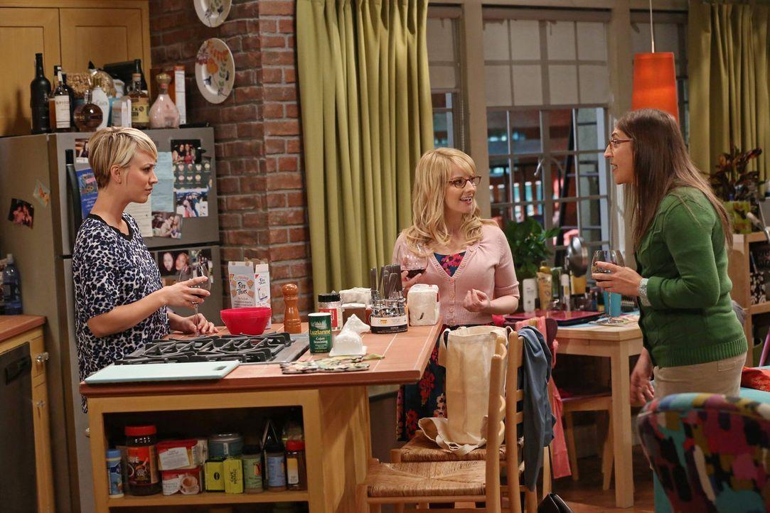 Als Penny (Kaley Cuoco, l.) ihren Kleiderschrank ausmistet kommt ihr altes Abschlussballkleid zum Vorschein. Daraufhin treffen Bernadette (Melissa R... - Bildquelle: Warner Bros. Television