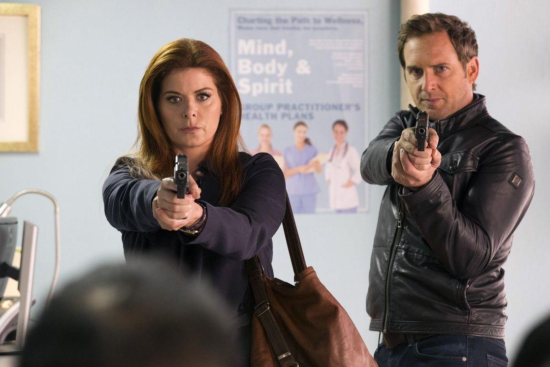 Laura (Debra Messing, l.) und Jake (Josh Lucas, r.) sind einem Schmugglerring auf der Spur. Doch bald stellen sie fest, dass es sich hier nicht um g... - Bildquelle: 2015 Warner Bros. Entertainment, Inc.