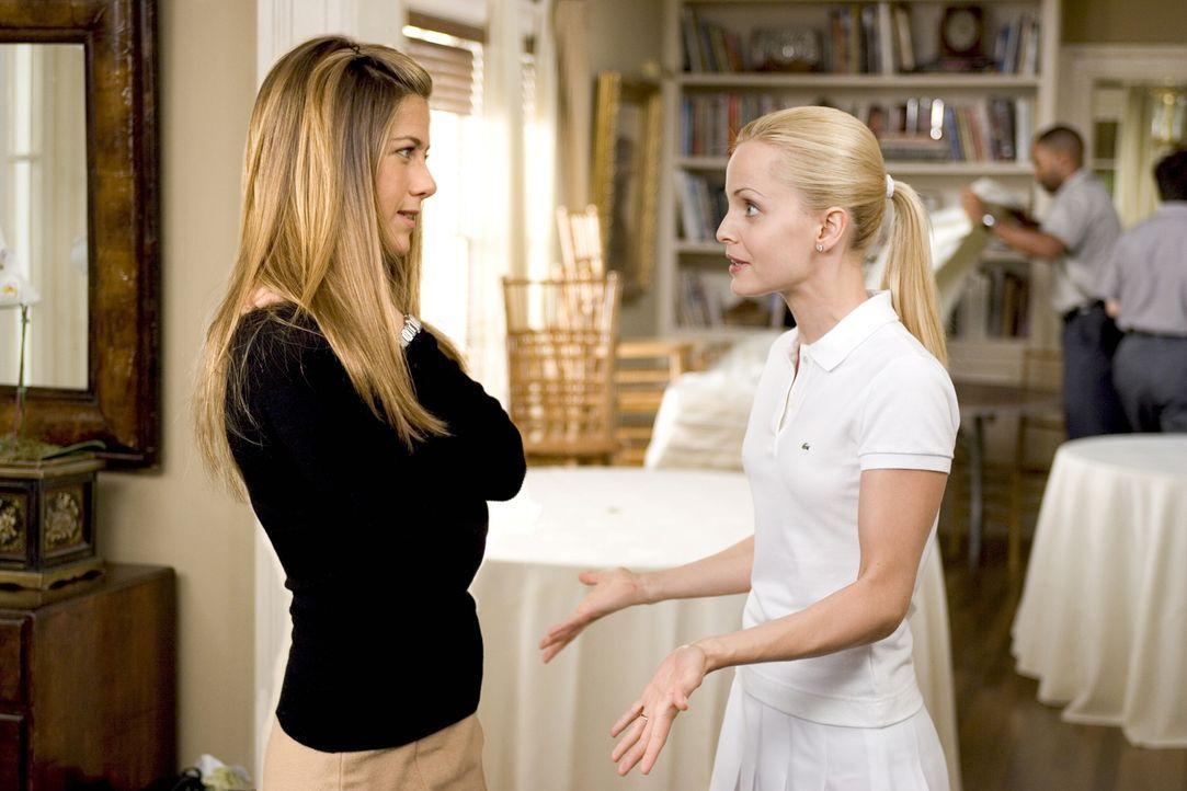 Annie (Mena Suvari, r.) fragt ihre ältere Schwester Sarah (Jennifer Aniston, l.), wann sie denn endlich heiraten wolle. Doch Sarah, die ohnehin Prob... - Bildquelle: Warner Bros. Pictures