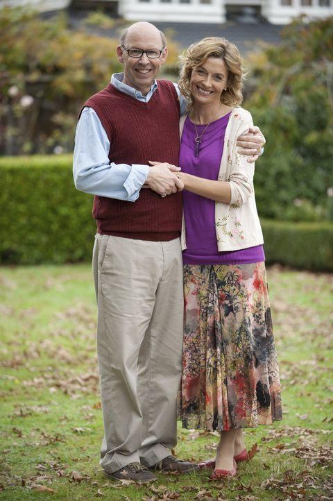 Allies Eltern (Ingrid Park, r. und Don Lake, l.) glauben fest daran, dass König Artus eines Tages zurückkehren wird ... - Bildquelle: Geoff Short 2010 Disney Enterprises, Inc. All rights reserved.