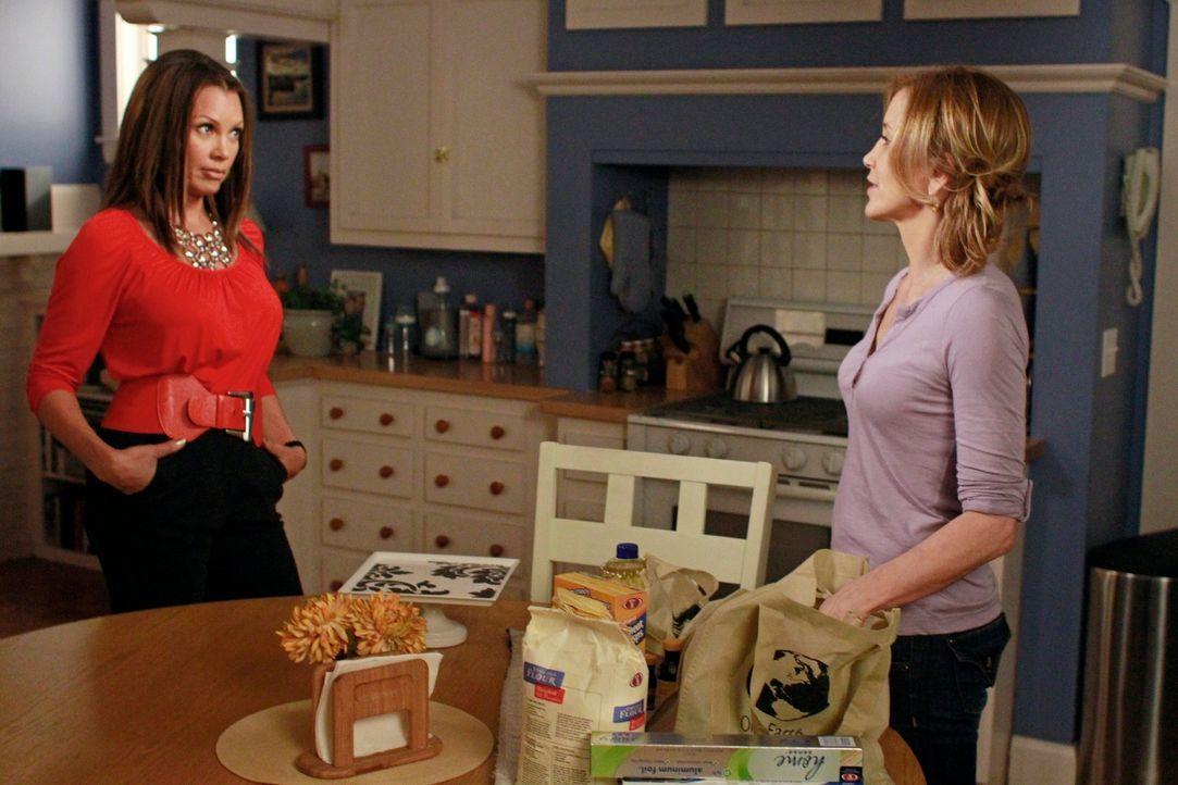 Während sich Renee (Vanessa Williams, l.) sich auf ihre bevorstehende Hochzeit freut, versucht Lynette (Felicity Huffman, r.), Tom für sich zurückzu... - Bildquelle: ABC Studios
