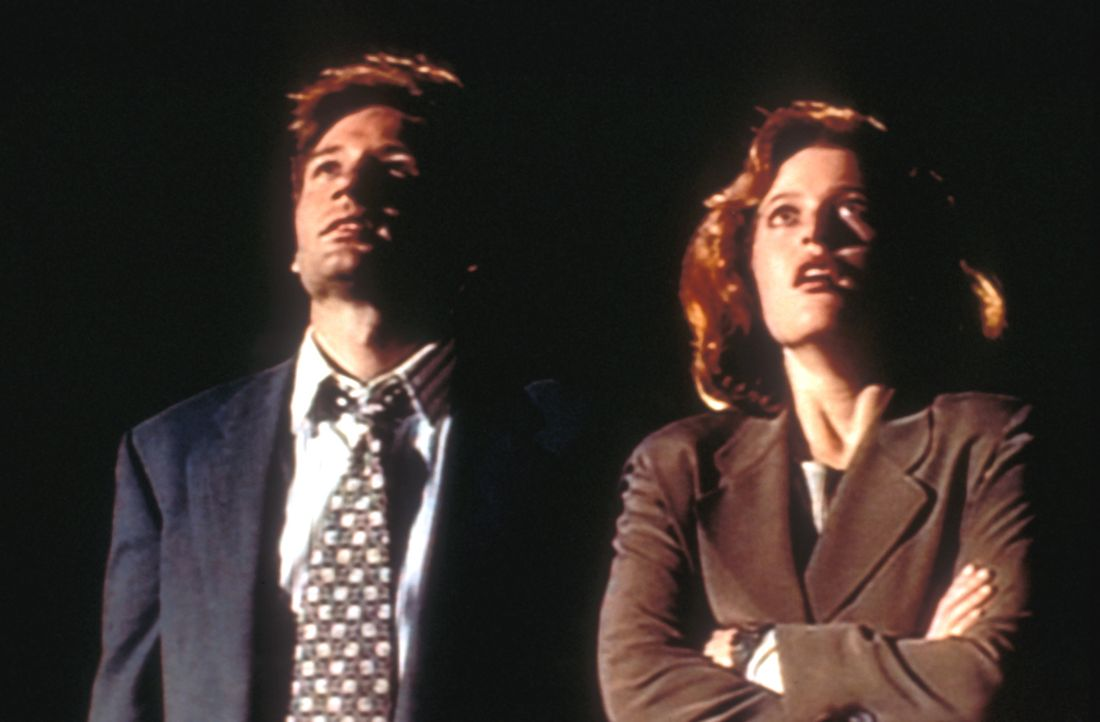 (4. Staffel) - Mit der Aufklärung ungewöhnlicher Ereignisse, den so genannten X-Akten, sind die FBI-Agenten Fox Mulder (David Duchovny, l.) und Dana... - Bildquelle: TM +   Twentieth Century Fox Film Corporation. All Rights Reserved.