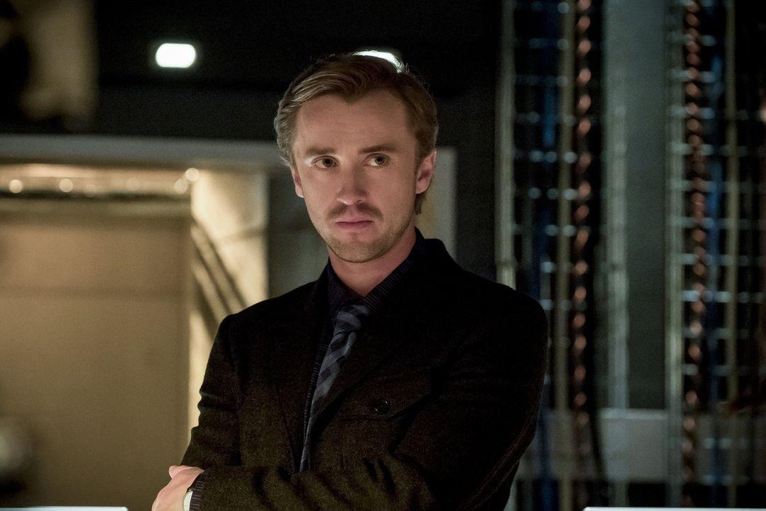 Während alle nur mit negative Nachrichten zu kämpfen haben, taucht Julian (Tom Felton) mit einem Hoffnungsschimmer bei S.T.A.R. Labs auf ... - Bildquelle: 2016 Warner Bros.