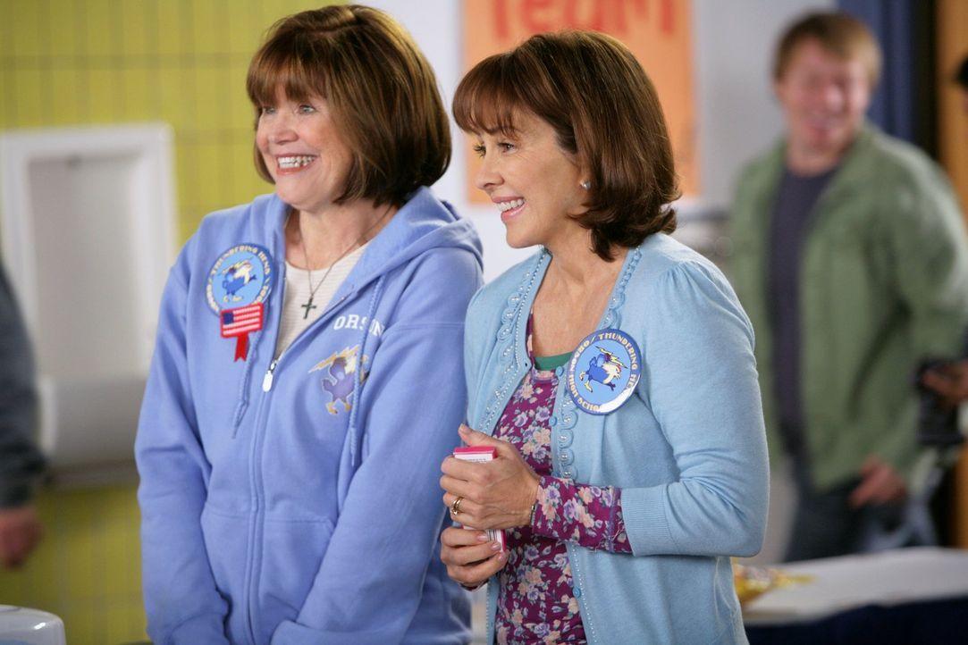 Freuen sich beide für Axl und seine neue Freundin Morgan: Frankie (Patricia Heaton, r.) und Sally (Sarah Rush) ... - Bildquelle: Warner Brothers