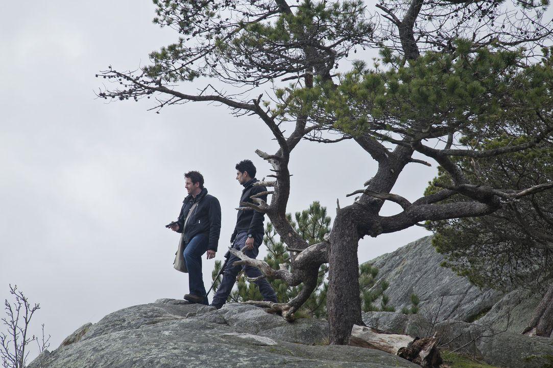 Auf der Suche nach einem geheimnisvollen Tier: Evan (Niall Matter, l.) und Mac (Danny Rahim, r.) ... - Bildquelle: Bettina Strauss