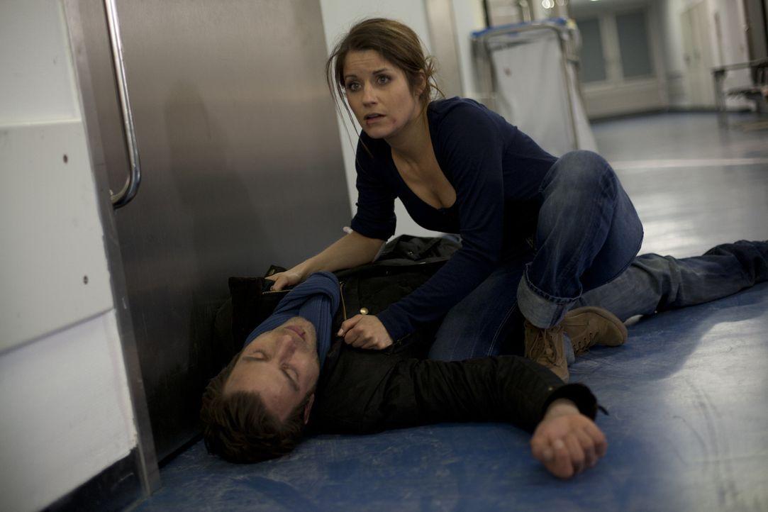 Bea (Vanessa Jung, r.) macht sich große Sorgen um Michael (Andreas Jancke, l.), der plötzlich zusammenbricht ... - Bildquelle: SAT.1