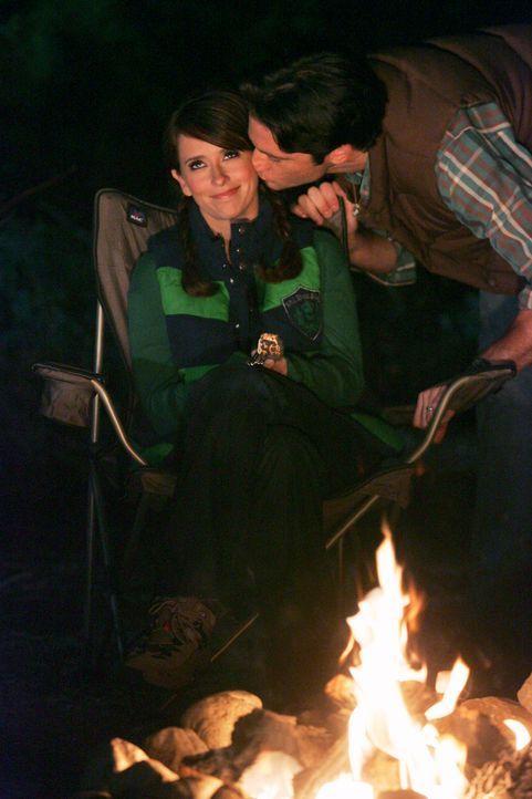Melinda Gordon (Jennifer Love Hewitt, l.) und Jim Clancy (David Conrad, r.) verbringen ein romantisches Wochenende miteinander, bis ihnen der Geist... - Bildquelle: ABC Studios