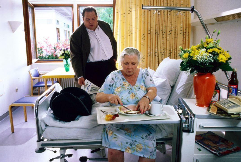 Benno Berghammer (Ottfried Fischer, l.) besucht seine Mutter Resi (Ruth Drexel, r.) im Krankenhaus. Er muss feststellen, dass sie sich von dem Schla... - Bildquelle: Magdalena Mate Sat.1
