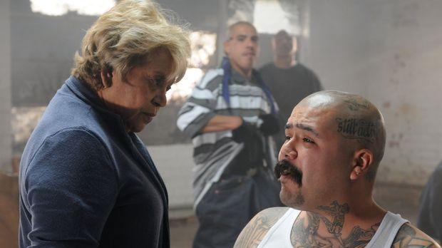 Die skrupellose Bandenchefin Marta Ruiz (Lupe Ontiveros, l.) setzt Chuco (Jac...