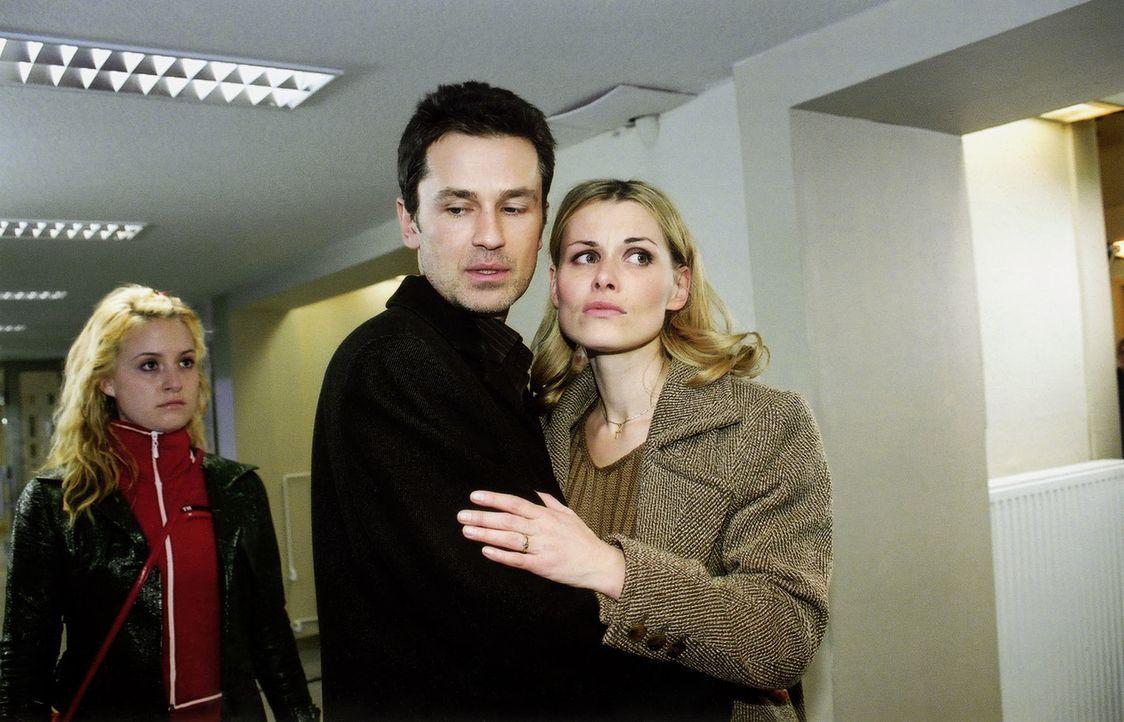 Nadine (Wanda Perdelwitz, l.) ist enttäuscht, dass Horst (Timothy Peach, M.), der Vater ihrer Freundin Jellina, seiner Frau Gaby (Andrea Lüdke, r.)... - Bildquelle: Monika Schürle Sat.1