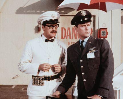 Bezaubernde Jeannie - Tony (Larry Hagman, r.) und Roger (Bill Daily, l.) scha...