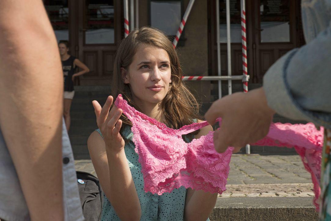 Noch ahnt die hübsche Juli (Lisa Volz) nicht, dass sie auf dieser Klassenfahrt nicht nur mit dem Mädchenschwarm feiern gehen wird, sondern auch die... - Bildquelle: Marc Reimann 2015 Constantin Film Verleih GmbH