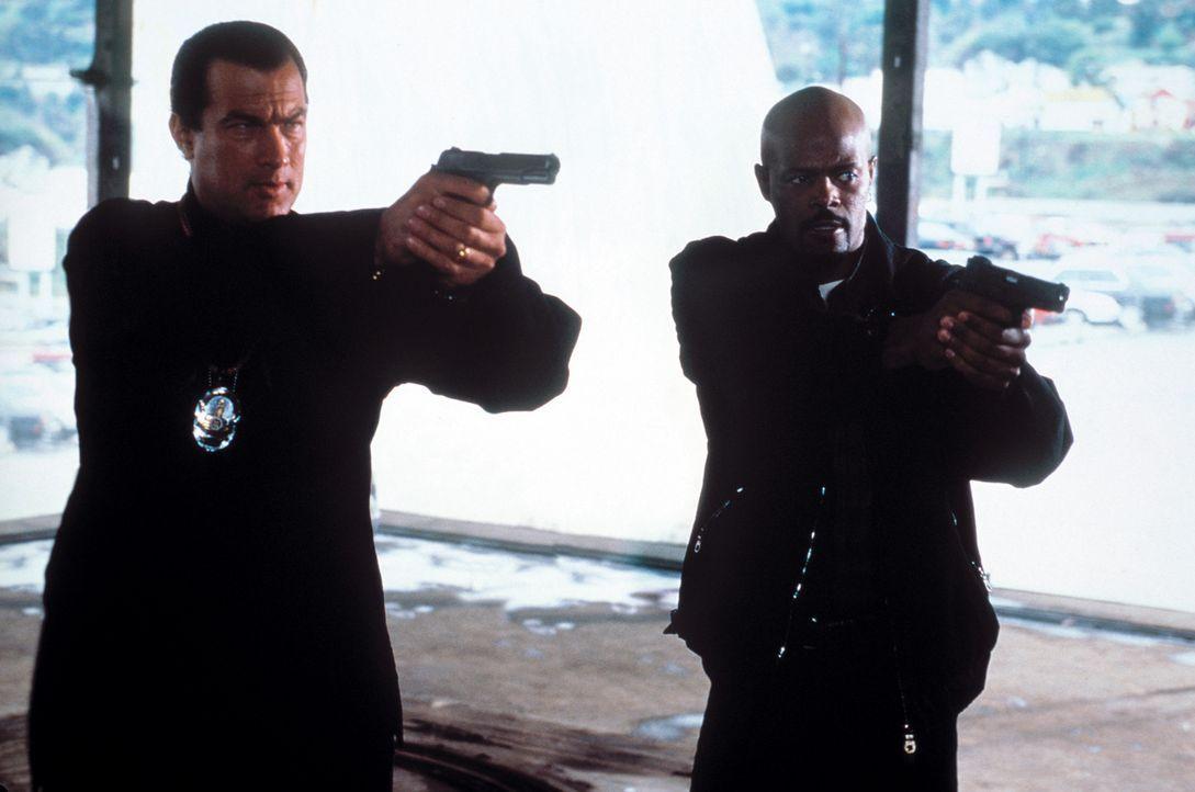 Gemeinsam versuchen sie eine Mordserie aufzudecken: Jack Cole (Steven Seagal, l.) und Jim Campbell (Keenen Ivory Wayans, r.) ... - Bildquelle: Warner Bros. Pictures
