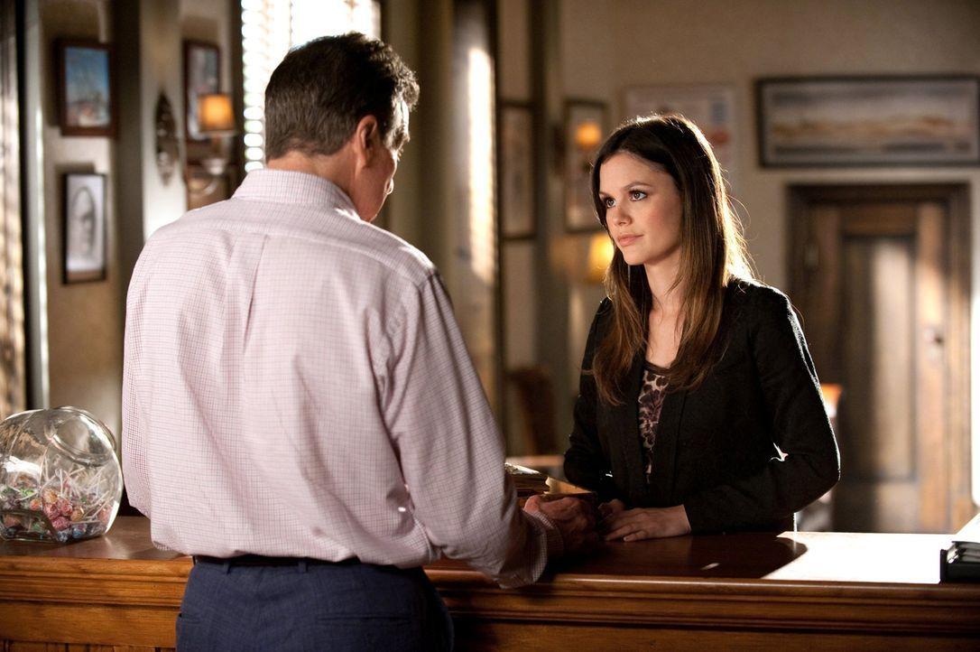 Zoes (Rachel Bilson, r.) Desinteresse für ihre Herkunft und ihre Vorfahren ist für Dr. Brick Breeland (Tim Matheson, l.) nicht nachvollziehbar ... - Bildquelle: Warner Bros.