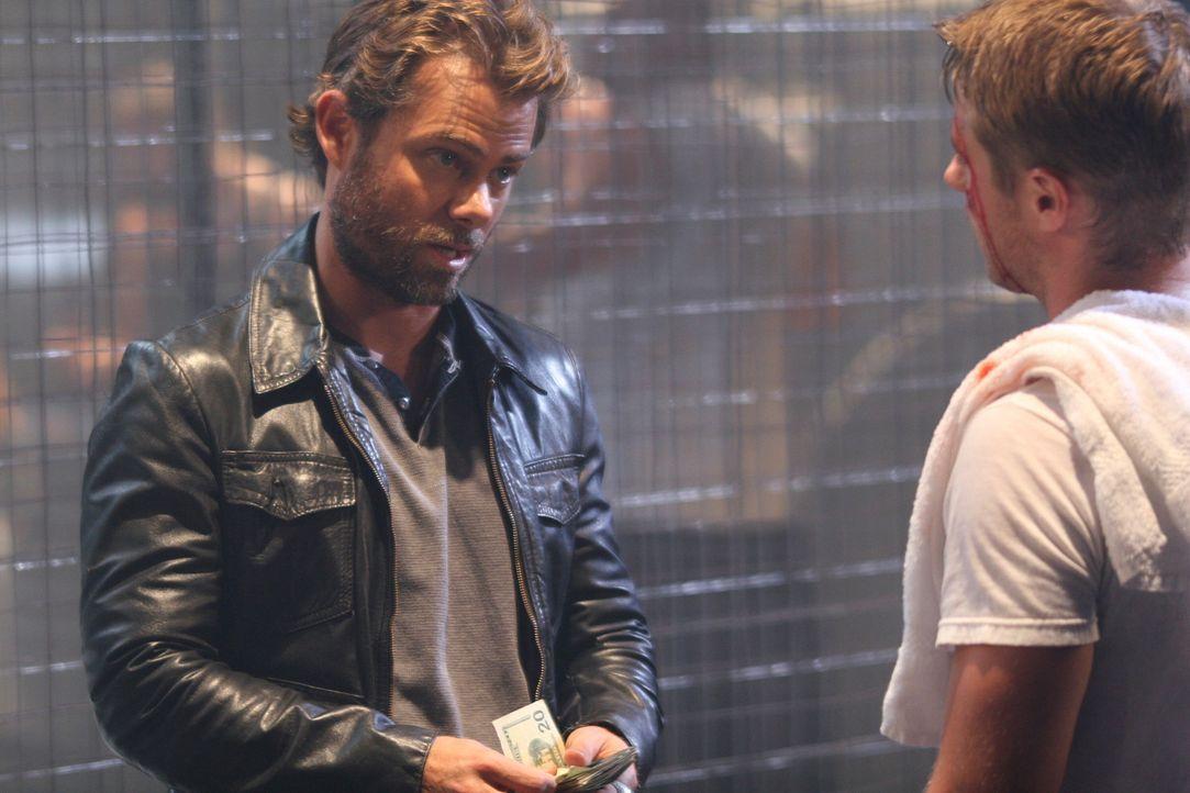 Nach einem erfolgreichen Kampf, bekommt Ryan (Benjamin McKenzie, r.) seine Siegerprämie von Jake (Channon Roe, l.) ... - Bildquelle: Warner Bros. Television