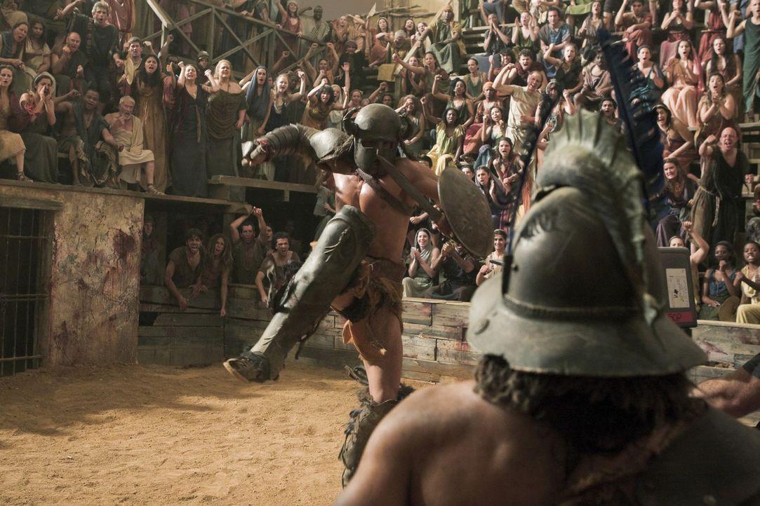 Einige Gladiatoren von Batiatus und Tullius treten gegeneinander an. Auch Crixus (Manu Bennett, r.) wird in die Arena geschickt und muss beweisen, d... - Bildquelle: 2010 Starz Entertainment, LLC