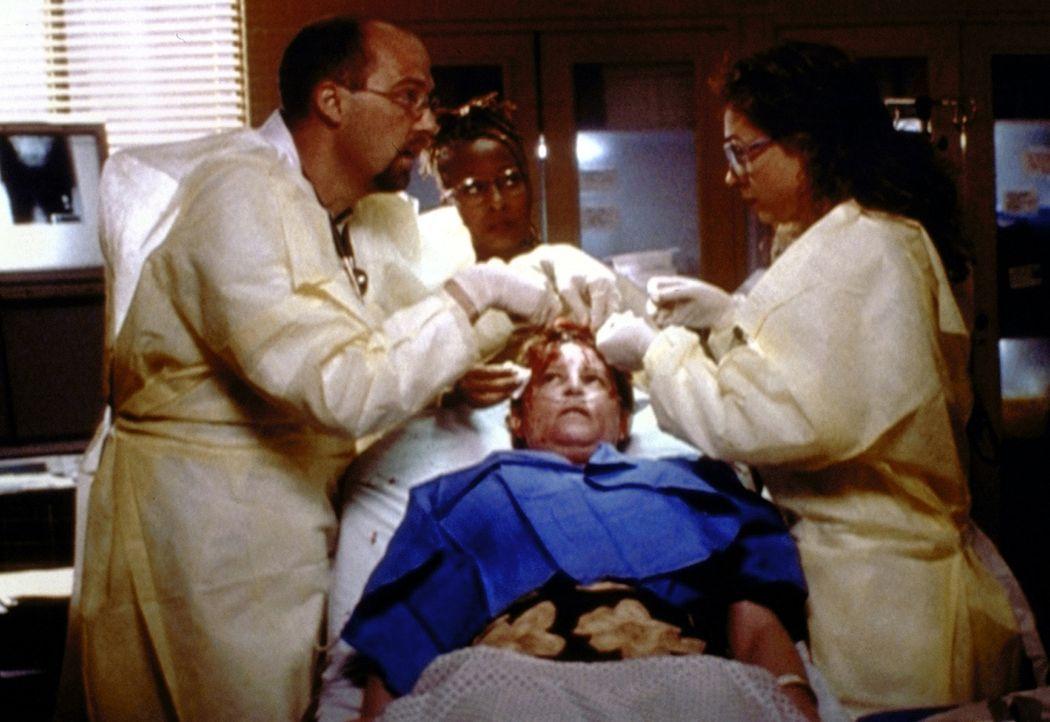 Die Patientin hat das unbestimmte Gefühl, dass es bei Dr. Greene (Anthony Edwards, l.) und Dr. Corday (Alex Kingston, r.) nicht nur um Fachliches ge... - Bildquelle: TM+  2000 WARNER BROS.