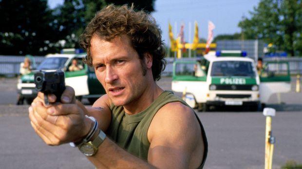 Willi Fuhrmann (Markus Knüfken) richtet seine Waffe auf seinen ehemaligen Kom...