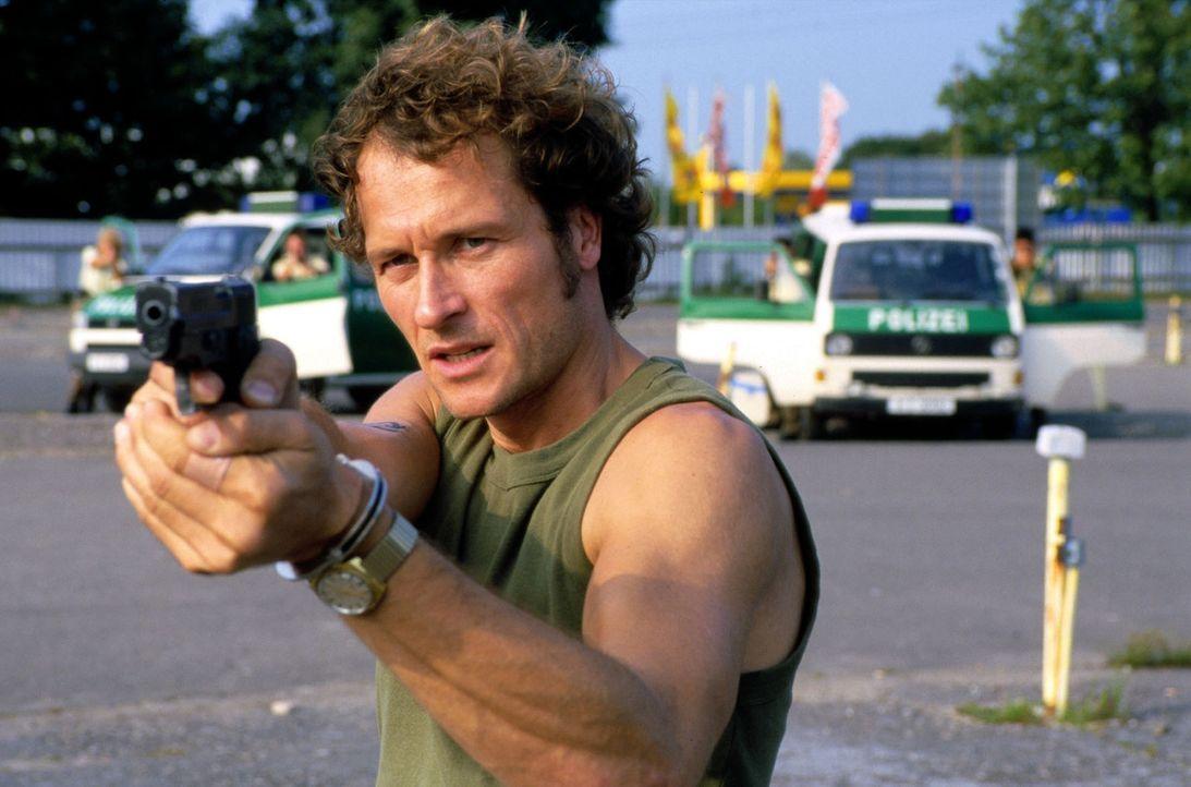Willi Fuhrmann (Markus Knüfken) richtet seine Waffe auf seinen ehemaligen Komplizen Zack Zander. - Bildquelle: Guido Engels Sat.1