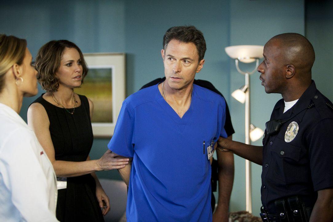 Gerade als Violet (Amy Brenneman, 2.v.l.) Pete (Tim Daly, 2.v.r.) sagen möchte, dass sie ihn liebt, kommt Charlotte (KaDee Strickland, l.) mit zwei... - Bildquelle: ABC Studios