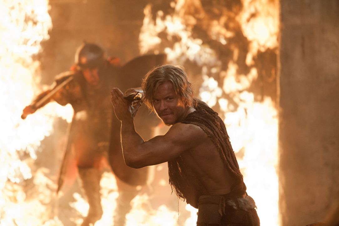 Nach seinem Verrat gelingt es Julius Caesar (Todd Lasance), Crassus' Truppen in die Stadt zu bringen. Dennoch entkommen ihm Spartacus und seine wich... - Bildquelle: 2012 Starz Entertainment, LLC. All rights reserved.