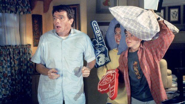 Hal (Bryan Cranston, l.), Reese (Justin Berfield, M.) und Malcolm (Frankie Mu...