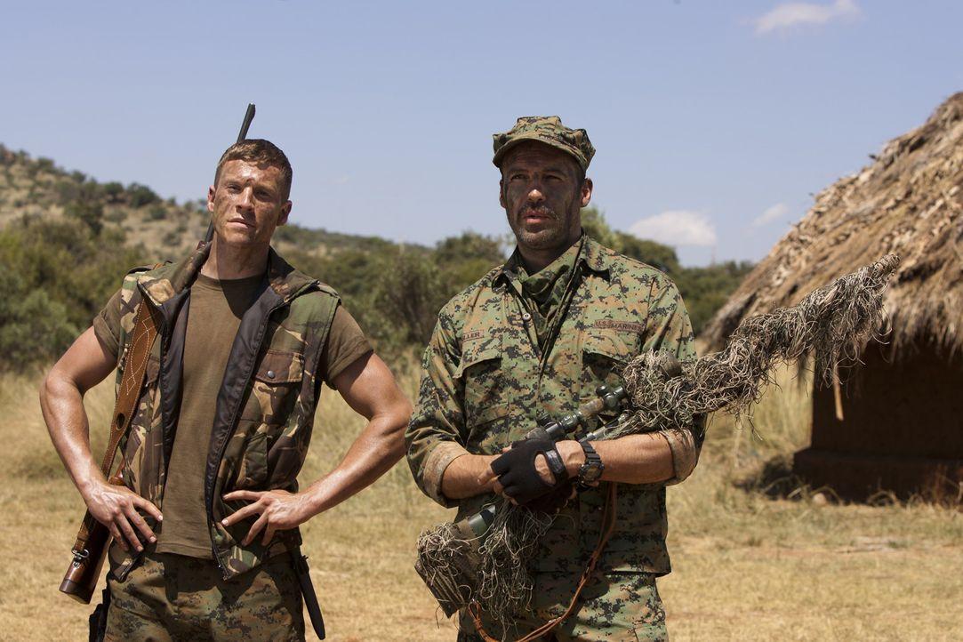 Scharfschützenausbilder Richard Miller (Billy Zane, r.) macht Brandon (Chad Michael Collins, l.) mit den Feinheiten des Scharfschützenkampfes vert... - Bildquelle: 2011 Sony Pictures Television Inc. All Rights Reserved.