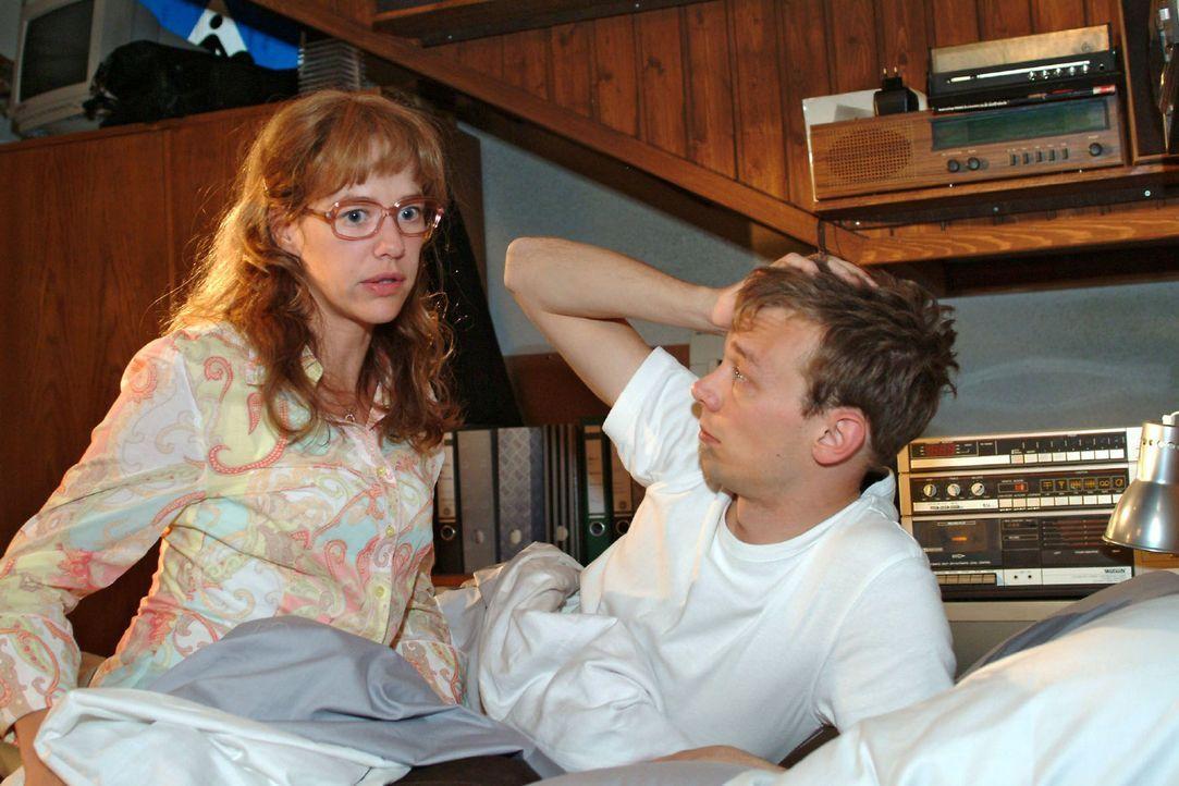 Lisa (Alexandra Neldel, l.) sucht Trost bei Jürgen (Oliver Bokern, r.): Sie fürchtet, dass David das Angebot von Viktor annimmt und nach Shanghai ge... - Bildquelle: Noreen Flynn Sat.1