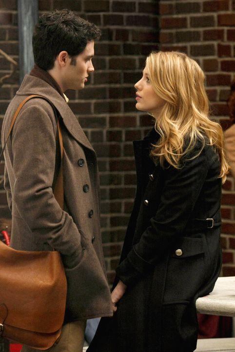Während Blair über Chuck enttäuscht ist, geht das Gerücht um, dass Dan (Penn Badgley, l.) Serena (Blake Lively,r.) betrügt. Doch ist es wirklich nur... - Bildquelle: Warner Brothers