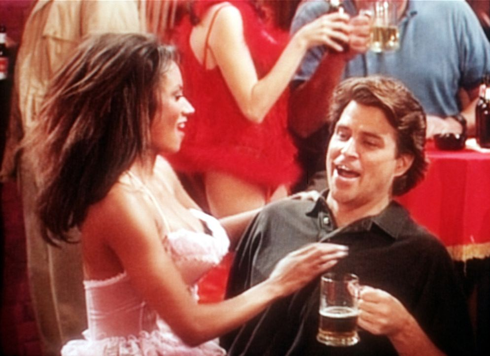 Jefferson (Ted McGinley, r.) feiert mit einer Schönen in der Nacktbar seinen 5. Hochzeitstag. - Bildquelle: Sony Pictures Television International. All Rights Reserved.