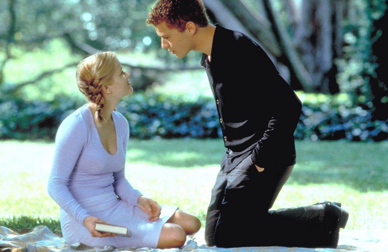 Als Sebastian (Ryan Phillippe, r.) sich in die unschuldige Annette (Reese Witherspoon, l.) verliebt, gerät seine hemmungslose Schwester völlig aus... - Bildquelle: Kinowelt Filmverleih GmbH 1998