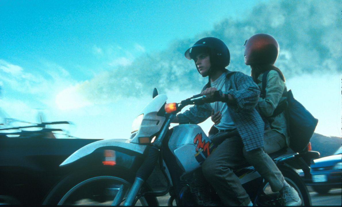 Auf der Flucht vor der todbringenden Urgewalt des Kometen: Leo (Elijah Wood, l.) und Sarah (Leelee Sobieski, r.) ... - Bildquelle: TM+  1998 DreamWorks L.L.C. and Paramount Pictures All Rights Reserved