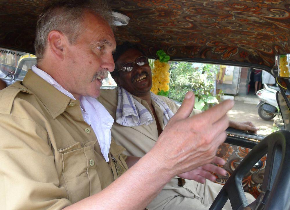 Was ist der Albtraum eines jeden Taxifahrers? Stau, Smog und Verkehrschaos in einer indischen Metropole! Genau das erlebt Fritz M. (l.) vom Taxiunte... - Bildquelle: kabel eins