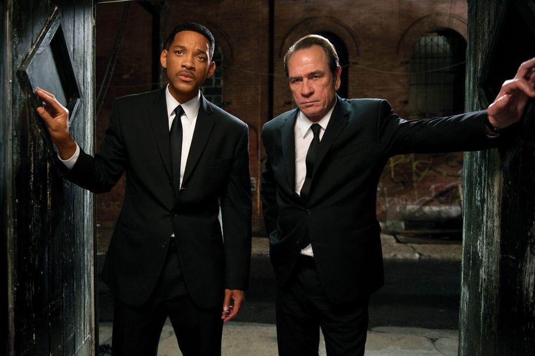 Noch ahnt Agent Jay (Will Smith, l.) nicht, dass sein inzwischen in den Ruhestand versetzter Kollege Kay (Tommy Lee Jones, r.) einige gefährliche Ge... - Bildquelle: Wilson Webb 2012 Columbia Pictures Industries, Inc.  All rights reserved.