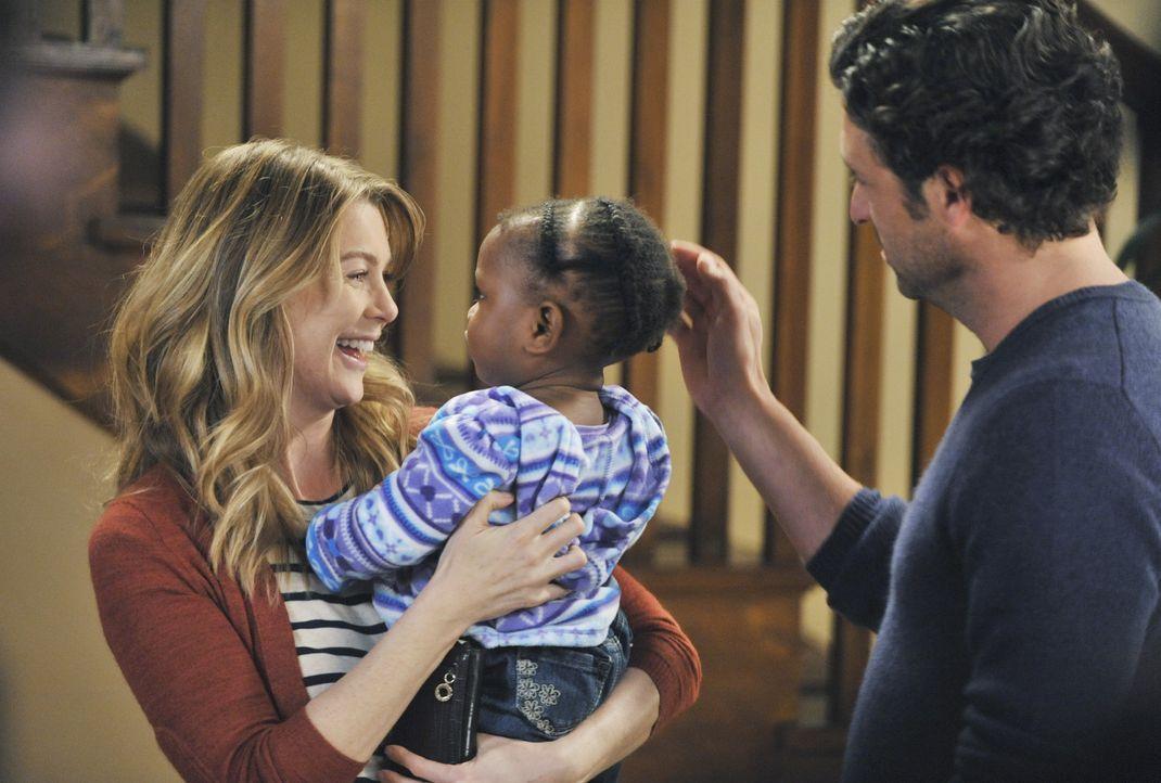 Während es im Krankenhaus um Leben und Tod geht, können Meredith (Ellen Pompeo, l.) und Derek (Patrick Dempsey, r.) endlich ihre Tochter in die Arme... - Bildquelle: ABC Studios