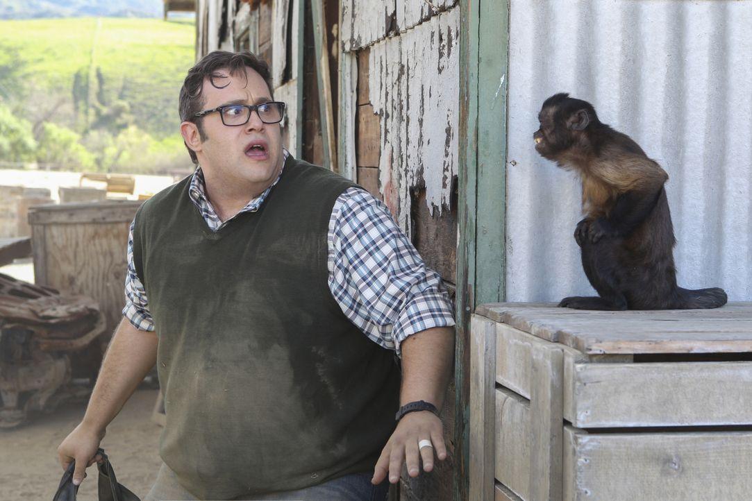 Ausgerechnet als Sylvester (Ari Stidham) sich am meisten konzentrieren muss, um Cabe zu retten, machen es ihm die Affen in Afrika nicht gerade einfa... - Bildquelle: Sonja Flemming 2016 CBS Broadcasting, Inc. All Rights Reserved.