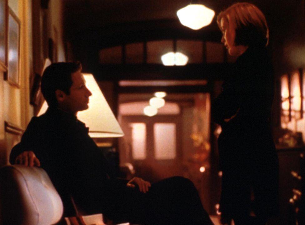 Scully (Gillian Anderson, r.) und Mulder (David Duchovny, l.) halten vor einem Krankenzimmer Wache, da sie mit einem weiteren Angriff des gefährlich... - Bildquelle: TM +   2000 Twentieth Century Fox Film Corporation. All Rights Reserved.