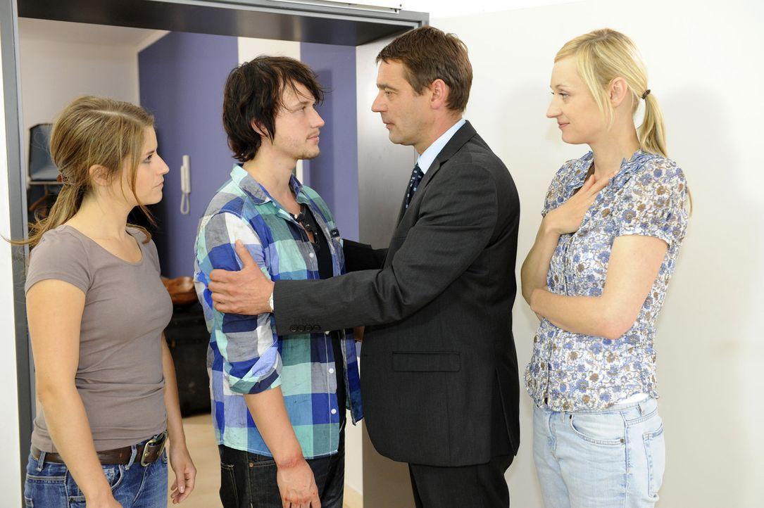 In einer riskanten Aktion gelingt es Bea (Vanessa Jung, l.), Ben (Christopher Kohn, 2.v.l.) aus dem Versteck seiner Entführer zu befreien und ihn n... - Bildquelle: SAT.1