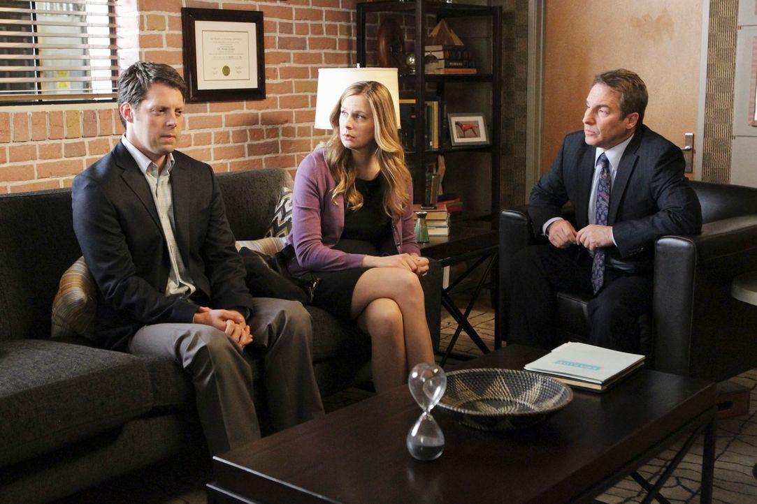 Sheldon (Brian Benben, r.) behandelt gemeinsam mit Violet Rich (David Furr, l.) und Lori (Anne Dudek, M.), die mit einem ganz besonderem Problem in... - Bildquelle: ABC Studios