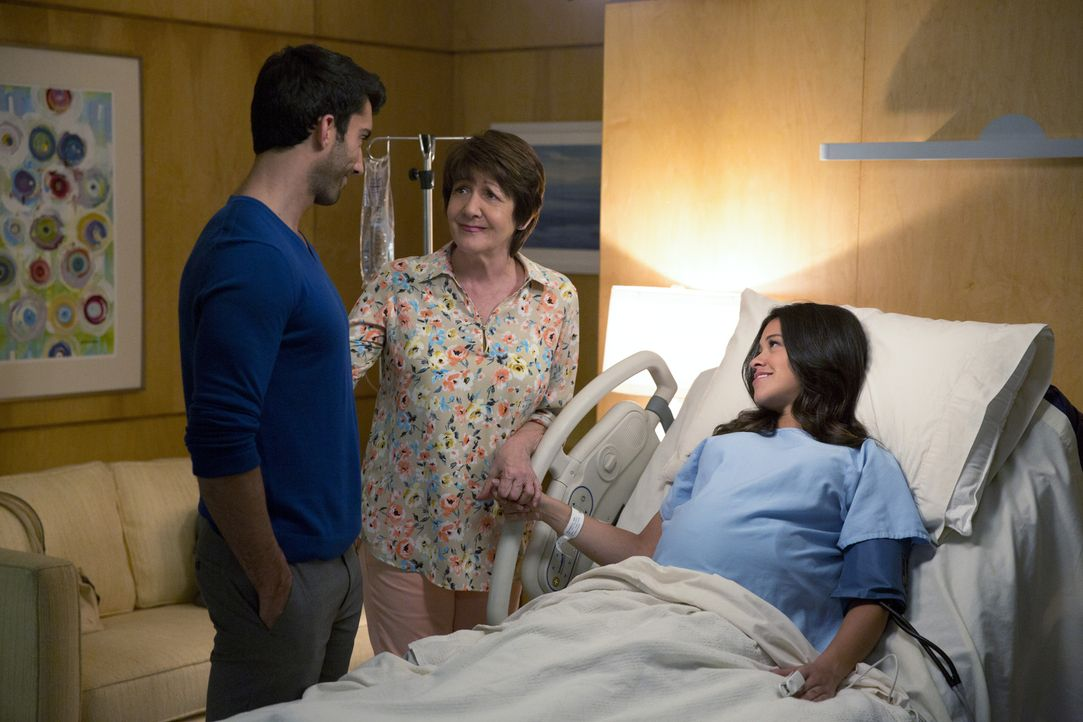 Stehen Jane (Gina Rodriguez, r.) so gut sie können zur Seite: Alba (Ivonne Coll, M.) und Rafael (Justin Baldoni, l.) ... - Bildquelle: 2014 The CW Network, LLC. All rights reserved.