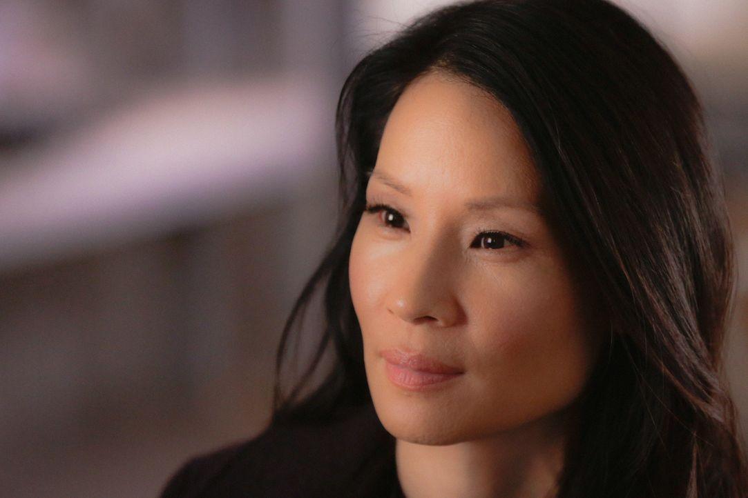 Als sie ihrer Kollegin Fiona Helborn aushelfen soll, macht Joan (Lucy Liu) eine schockierende Entdeckung über Sherlock ... - Bildquelle: 2015 CBS Broadcasting Inc. All Rights Reserved.