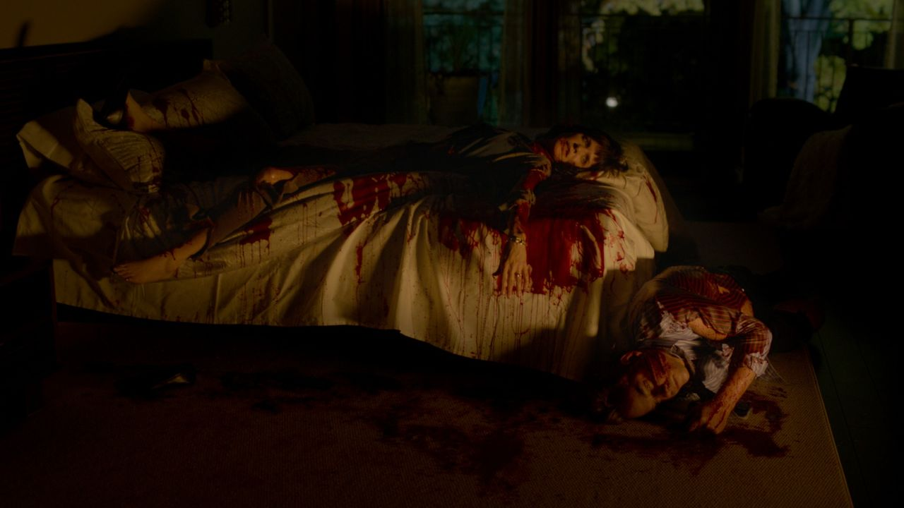 Als er eines Tages seine Eltern, Dean (Stephen Sparks, r.) und Janice (Jennifer Hale, l.), brutal ermordet vorfindet, wird dem jungen Cyaden schnell... - Bildquelle: SQUAREONE ENTERTAINMENT GMBH