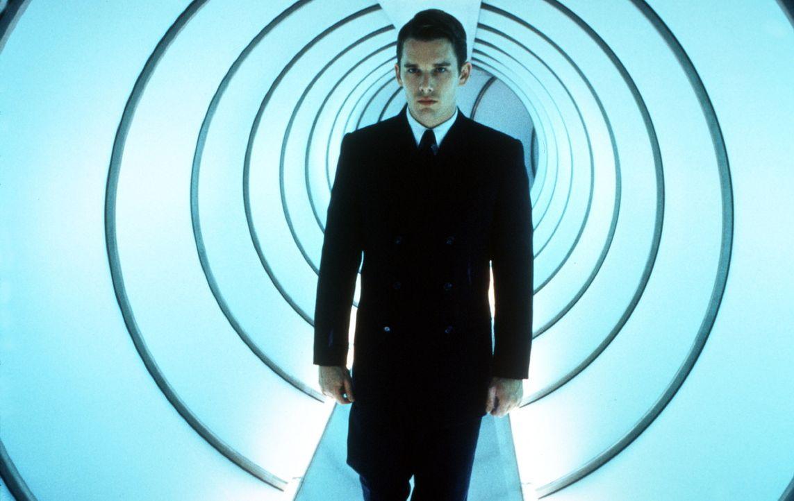 """Obwohl ein """"Unperfekter"""", kann Vincent (Ethan Hawke) mit viel Fleiß und Jeromes Hilfe einen Job als Raumfahrt-Pilot ergattern ... - Bildquelle: Columbia Pictures"""
