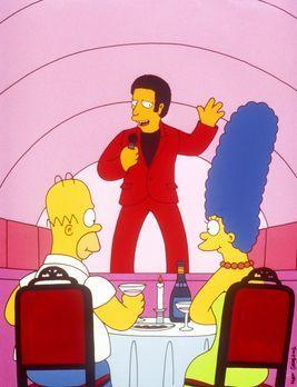 Die Simpsons - Als Wiedergutmachung schenkt Mr. Burns Marge (r.) und Homer (l...
