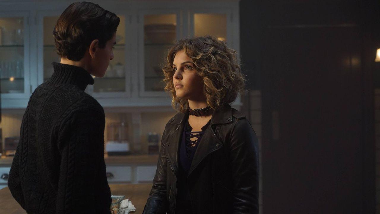 Bruce (David Mazouz, l.) möchte ein romantisches Abendessen für sich und Selina (Camren Bicondova, r.) vorbereiten. Doch wird es nach seinen Vorstel... - Bildquelle: Warner Brothers