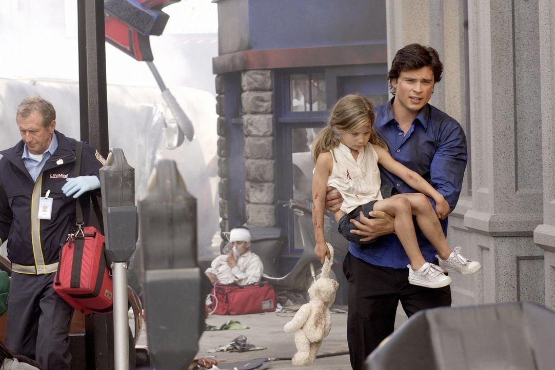 Eigentlich sollte er nur über das Busunglück berichten, doch Clark (Tom Welling) muss einem kleinen Mädchen das Leben retten ... - Bildquelle: Warner Bros