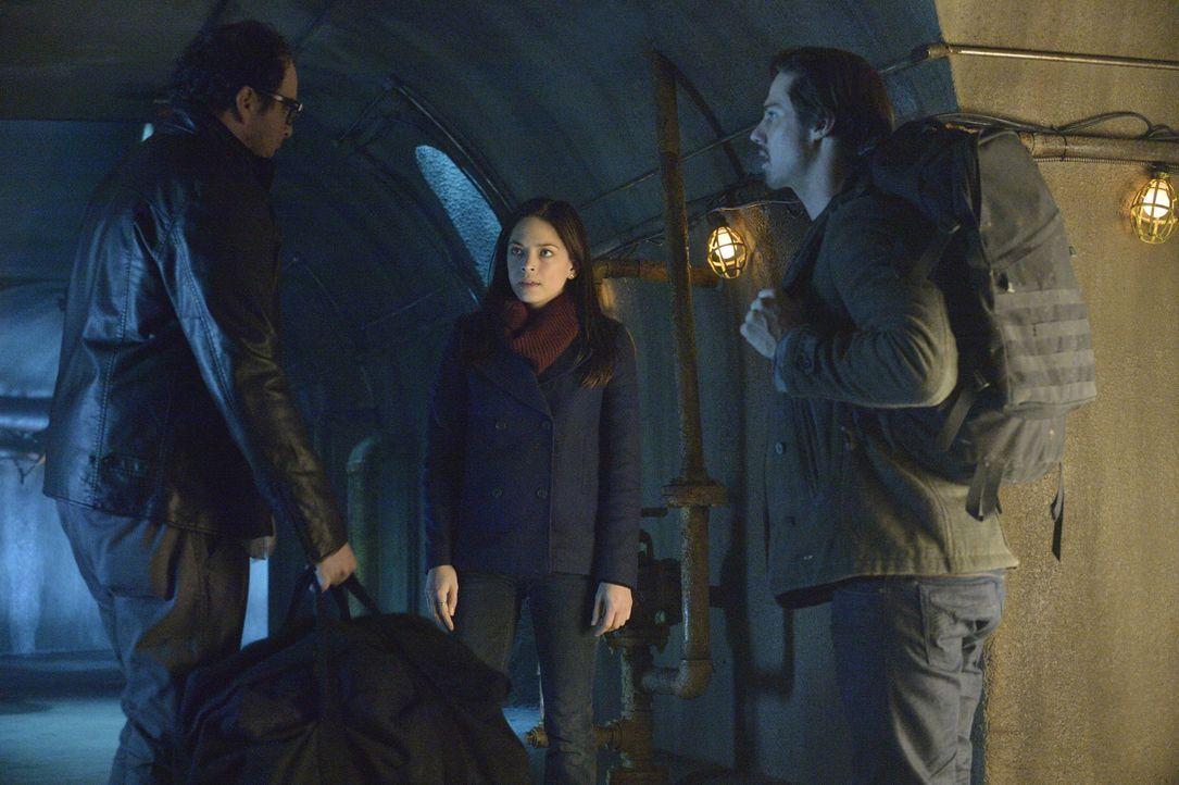 Bereiten Vincents (Jay Ryan, r.) Fluch vor: J.T. Forbes  (Austin Basis, l.) und Cat (Kristin Kreuk, M.) - Bildquelle: 2013 The CW Network, LLC. All rights reserved.