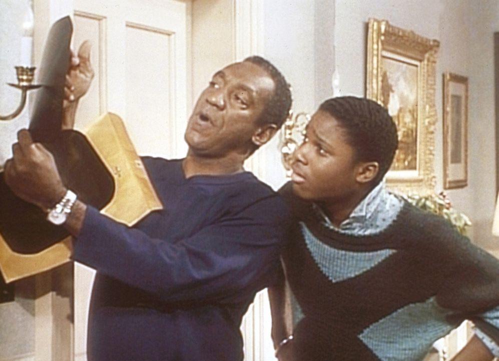 Cliff (Bill Cosby, l.) zeigt Theo (Malcolm-Jamal Warner, r.) ein Röntgenbild von Clairs gebrochenem Zeh. - Bildquelle: Viacom